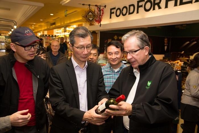 Le 18 avril 2015, les ministres Leal et Chan regardent les vins ontariens d'appellation VQA que vend un magasin d'alimentation BHG à Pékin, en Chine.