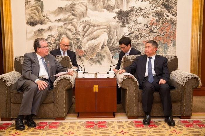 Le ministre Leal s'entretient avec le vice-gouverneur de la province du Shandong et ministre responsable de l'Agriculture, M. Zhao Runtian. L'entretien a eu lieu à Weifang, au Shandong, en Chine, le 19 avril 2015.