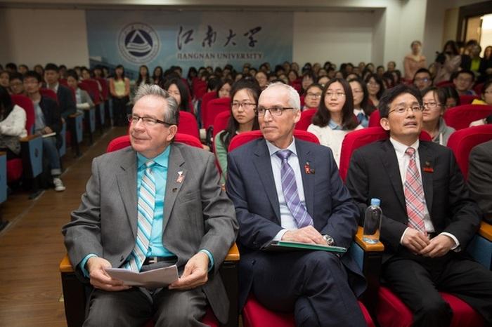 Le ministre Leal et le président de l'Université de Guelph, M. Franco Vaccarino, assistent à une conférence tenue à l'Université du Jiangnan, à Wuxi, en Chine, le 22 avril 2015.