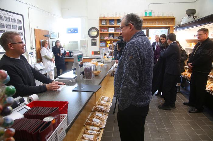 Le ministre se rend à la fromagerie Wilton Cheese Factory pour y faire une annonce : Le ministre de l'Agriculture, de l'Alimentation et des Affaires rurales de l'Ontario, M. Jeff Leal, s'entretient avec l'administrateur de la fromagerie Wilton Cheese Factory, M. Dave Larkin, au comptoir du point de vente au détail de la fromagerie, à Odessa (Ontario), le mercredi 24 janvier 2018. Cette entreprise fondée il y a 151 ans a été ce jour-là le lieu d'une annonce reliée au programme Cultivons l'avenir 2. L'annonce se rapporte à des fonds de plus de 17,6 millions de dollars que les gouvernements fédéral et provincial ont affectés à plus de 300 projets de transformation d'aliments mis en œuvre un peu partout en Ontario.