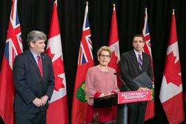 Renforcer l'imputabilité et accroître la transparence Image: Première ministre de l'Ontario Kathleen Wynne and Ministre John Milloy
