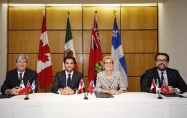 La première ministre de l'Ontario, Kathleen Wynne (troisième à partir de la gauche), s'est rendue à Guadalajara au Mexique, à l'occasion du Sommet des Amériques sur le climat de 2016. Elle a participé à une rencontre entre le ministre de l'Environnement et de l'Action en matière de changement climatique de l'Ontario, Glen Murray (à gauche), le ministre à l'Environnement et aux Ressources naturelles du Mexique, Rafael Pacchiano Alamán (deuxième à partir de la gauche) et le ministre du Développement durable, de l'Environnement et de la Lutte contre les changements climatiques du Québec, David Heurtel (à droite), avant la signature d'une nouvelle entente commune qui engage l'Ontario, le Québec et le Mexico à travailler de concert pour lutter contre le changement climatique et promouvoir les marchés du carbone. Le Mexique a récemment annoncé son intention de procéder à l'essai d'un nouveau marché du carbone à compter de l'automne 2016. La première période de conformité du programme de plafonnement et d'échange de l'Ontario commencera le 1er janvier 2017. Le programme de l'Ontario sera lié à ceux du Québec et de la Californie à partir de 2018, ce qui formera le plus important marché du carbone en Amérique du Nord.