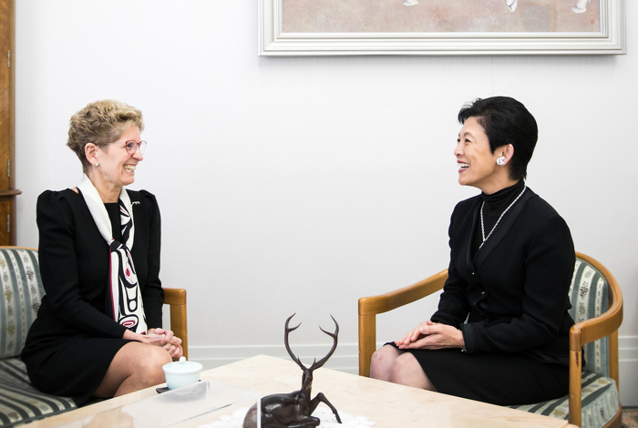 Photo : La première ministre de l'Ontario (à gauche) a rencontré Son Altesse Impériale la Princesse Takamado (à droite). Son Altesse Impériale fait la promotion du Canada au Japon, tout comme le faisait son défunt époux Son Altesse Impériale le Prince Takamado. La galerie du Prince Takamado au Musée royal de l'Ontario célèbre la relation que le Canada entretient avec le Japon de même que nos solides liens avec le défunt Prince et la Princesse.