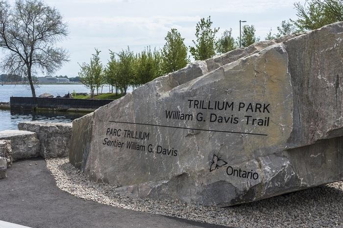 Photo du parc Trillium et du sentier William G. Davis, récemment achevés dans le cadre des travaux de réfection de la Place de l'Ontario.