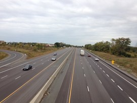 Photo de l'autoroute 401 à partir du pont de la rue Burnham, à Cobourg, après les travaux d'élargissement de quatre à six voies.