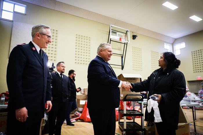 Le premier ministre Ford participe à une collecte de jouets de Noël