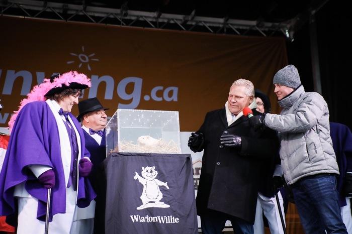 Le premier ministre Ford participe au festival Wiarton Willie.