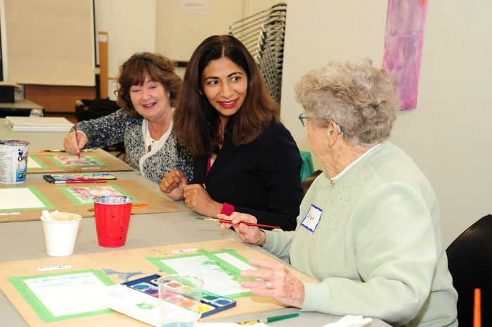 Dipika Damerla, ministre déléguée aux Affaires des personnes âgées, et Kathryn McGarry, députée provinciale (Cambridge), rencontrent des personnes âgées de la région durant un atelier d'art.