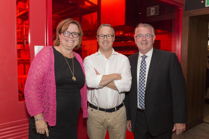 Tracy MacCharles, ministre déléguée à la Condition féminine et Kevin Flynn, ministre du Travail, fait une brève visite de The Wickson Social.