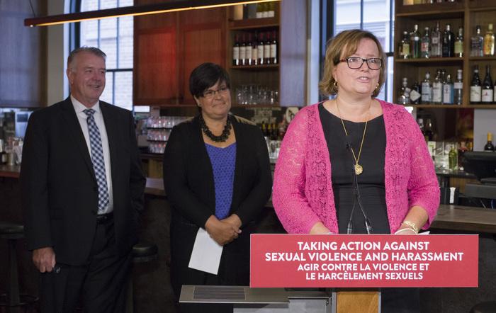 Tracy MacCharles, ministre déléguée à la Condition féminine, fait une allocution lors de l'annonce sur la formation à l'intention des travailleurs de première ligne à The Wickson Social.