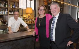Tracy MacCharles, ministre déléguée à la Condition féminine et Kevin Flynn, ministre du Travail, rencontre Jamieson Kerr, propriétaire de The Wickson Social.
