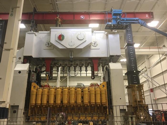 Dernières étapes de l'installation de l'énorme presse à métal de TransForm Automotive